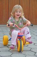maedchen-auf-kinderdreirad